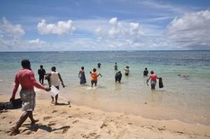 Reef check team enter the tabu tara area